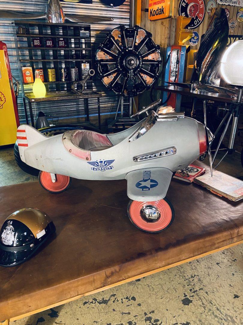 avion ancien à pédales